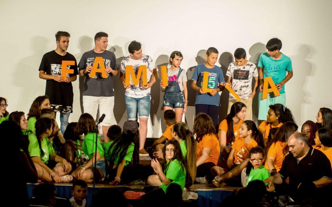 La gran familia de la Fundación Ángel Tomás se reúne bajo el mismo sol