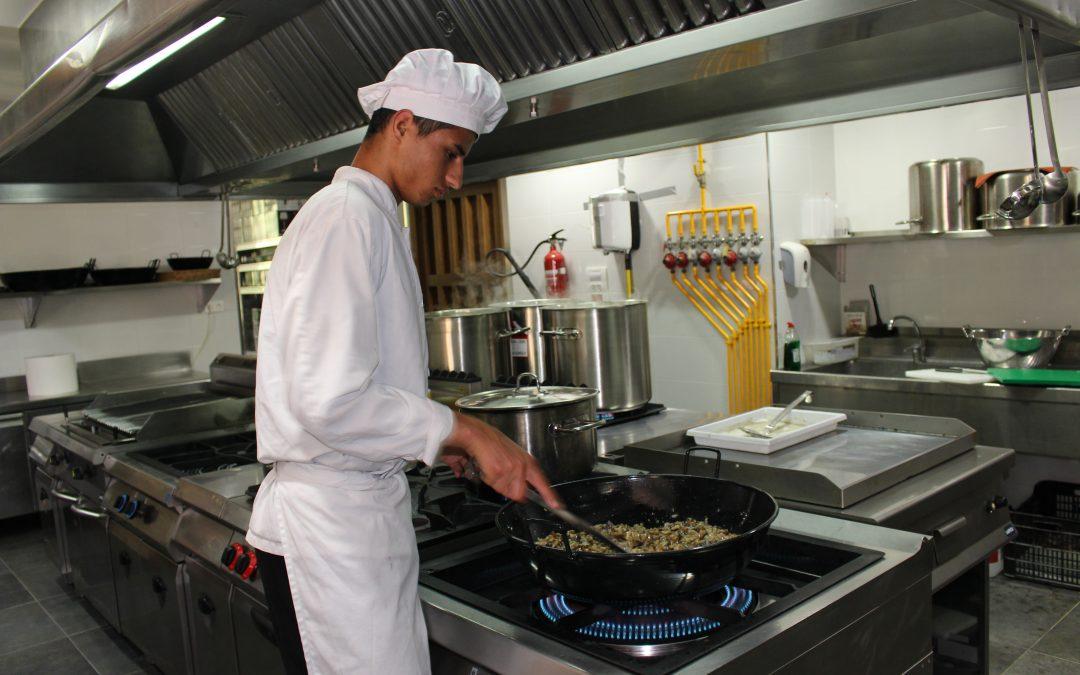 Cinco jóvenes del taller de Hostelería de la Fundación Ángel Tomás comienzan las prácticas en restaurantes