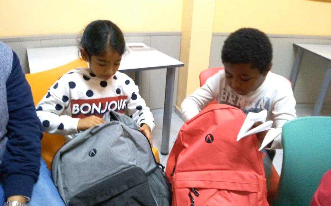 Mochilas nuevas para los niños y las niñas de los centros de día gracias a Más de Dos