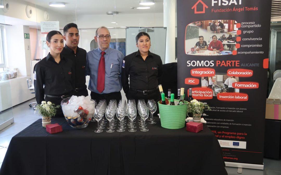 Els alumnes del curs de cambrer de Somos Parte Alacant s'estrenen en la Taula de RSC de la Generalitat