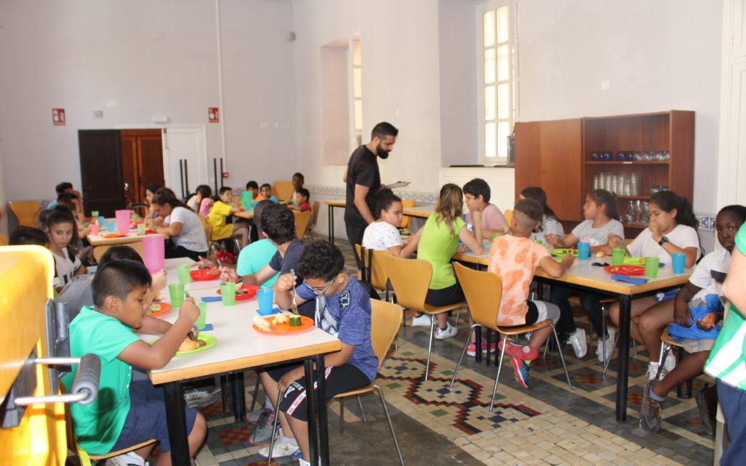 250 niñas y niños de los proyectos de FISAT se benefician este verano de las becas de comedor Educo